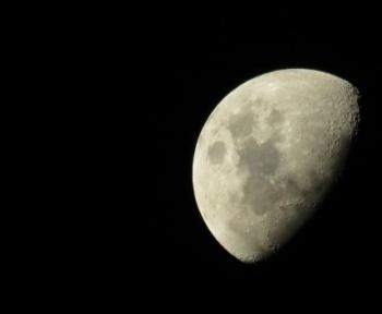 On a enfin identifié la substance luisante située sur la face cachée de la Lune