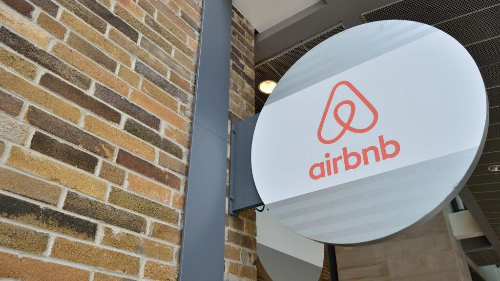 Au fait, pourquoi Airbnb s'appelle Airbnb?