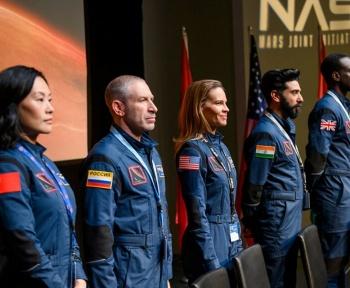 Away sur Netflix: le voyage vers Mars sera surtout une aventure sociale