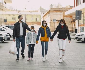 Au sein du foyer, enfants comme adultes peuvent rapidement transmettre le coronavirus