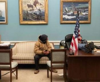 Etats-Unis : une émeutière du Capitole soupçonnée d'avoir voulu vendre aux Russes du matériel informatique appartenant à Nancy Pelosi