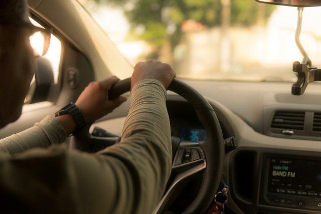 Une cliente Uber risque la prison pour avoir retiré son masque et toussé sur son chauffeur